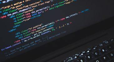 Laptop auf dem ein PHP Code angezeigt wird.