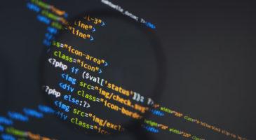 Code durch eine Lupe betrachtet.